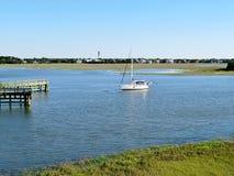 在沼泽和沼泽地的一条风船沿谢姆小河在查尔斯顿,南卡罗来纳 库存图片