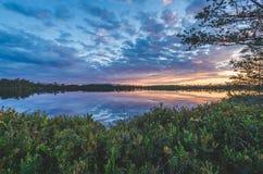 在沼泽照明设备云彩的日落 库存图片