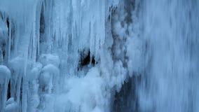 在沿哥伦比亚河峡谷波特兰俄勒冈1080p特写镜头的冬天结冰的马特诺玛瀑布 股票录像