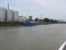 在沿帕西格河,马尼拉,菲律宾的一个工业区靠码头的驳船看法  图库摄影