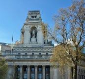在沿泰晤士河和著名建筑学的一次城市游览时被看见的美丽的伦敦 免版税库存图片