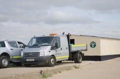 在沿海保护区域的环保局搬运车 免版税库存照片