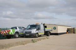在沿海保护区域的英国环保局搬运车 免版税库存图片