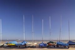 在沿海围场的航行游艇 免版税库存照片
