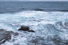 在沿海岩石的海洋拍打 库存照片