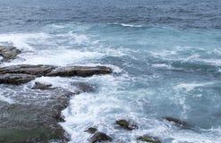 在沿海岩石的海洋拍打 免版税库存照片