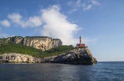 在沿海岩石的蓬塔Carena灯塔在卡普里岛海岛 免版税图库摄影