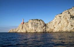 在沿海岩石的蓬塔Carena灯塔在卡普里岛海岛 库存图片