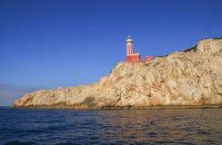 在沿海岩石的蓬塔Carena灯塔在卡普里岛海岛 免版税库存图片