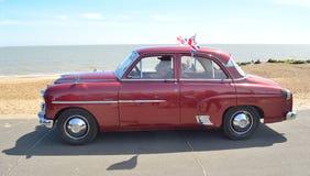在沿海岸区散步被驾驶的经典红色Vauxhall Velox马达 库存图片
