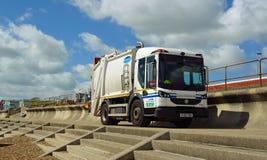 在沿海岸区散步费利克斯托萨福克英国的垃圾收集卡车 免版税图库摄影