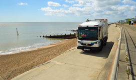 在沿海岸区散步费利克斯托萨福克英国的垃圾收集卡车 免版税库存图片