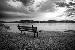 在沿海岸区的偏僻的长凳 免版税图库摄影