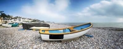 在海滩的小船在Budleigh Salterton 库存照片