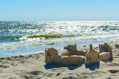 在沿海岸区的沙子城堡 免版税库存照片