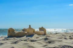 在沿海岸区的沙子城堡 库存图片