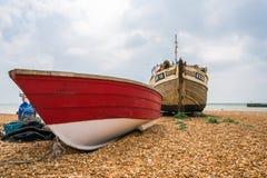 在沿海岸区的老渔夫小船在海斯廷斯老镇 库存照片