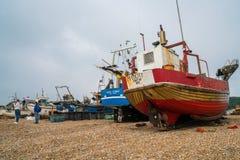 在沿海岸区的老fishermans小船在海斯廷斯老镇 免版税库存照片