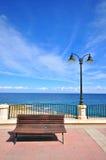 在沿海岸区的长凳 免版税图库摄影