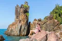 在沿海峭壁中的美丽的妇女在Ko张海岛上 免版税图库摄影