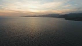 在沿海巴厘岛,印度尼西亚的日落 股票录像