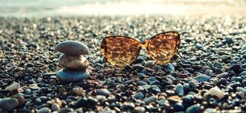 在沿海的太阳镜 免版税图库摄影