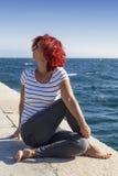 在沿海的妇女执行的joga 免版税库存图片