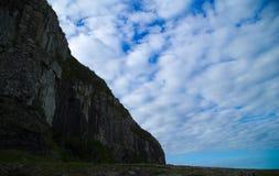 在沿海的山与clound蓝天 库存图片