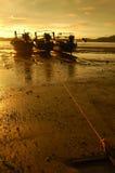 在沿海的渔船在日出在早晨 免版税图库摄影