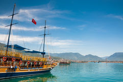 在沿海的游船。 免版税图库摄影