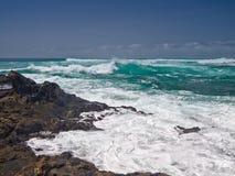 在沿海石头的动荡海浪 免版税库存照片