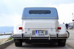 在沿海街道的Excalibur汽车 免版税库存照片