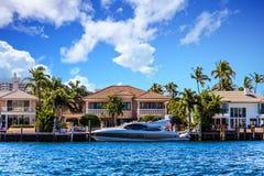 在沿海豪宅的游艇 免版税图库摄影