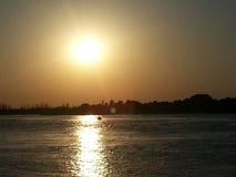 在沿海运河的日落 免版税库存图片
