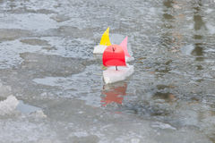 在泉水水坑的手工制造船 免版税库存图片