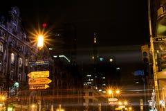 在法兰克福商业银行德国铁路塔左航行灯的到来 免版税图库摄影