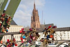在法兰克福市,德国爱锁或挂锁 免版税图库摄影