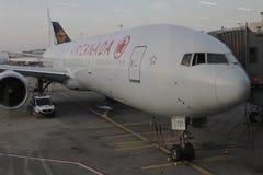 在法兰克福机场的加航飞机 免版税图库摄影