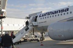 在法兰克福机场的汉莎航空公司飞机 库存照片