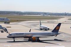 在法兰克福机场的飞机 免版税库存图片