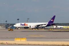 在法兰克福主要的联邦快递公司明确航空器 免版税库存图片