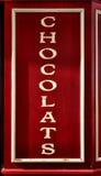 在法国人商店店面显示的巧克力标志 免版税库存照片