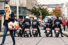 在法国人期间的时装模特儿警察摩托车政治行军 免版税图库摄影