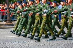 在法国国庆节期间仪式的空军队战斗机飞行员,冠军Elysee大道 库存图片