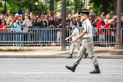 在法国国庆节期间,冠军Elysee avenu仪式的官员军用游行污蔑  免版税图库摄影