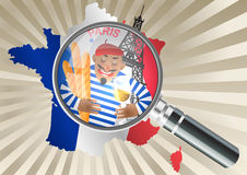 在法国地图的放大镜 红色贝雷帽的法国人有一杯的酒 免版税库存照片