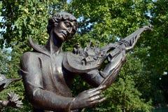 在法国小提琴`,标记夏尔的纪念碑的雕刻的构成`维帖布斯克曲调在纪念房子mu的庭院里 免版税图库摄影