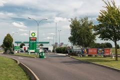 在法国收费公路的加油站BP在Normandie 免版税库存照片