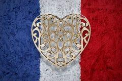 在法国旗子的古铜色心脏在背景中 库存照片