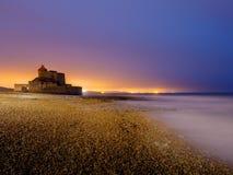 在法国海岸的堡垒昂布勒特斯在微明期间 免版税图库摄影